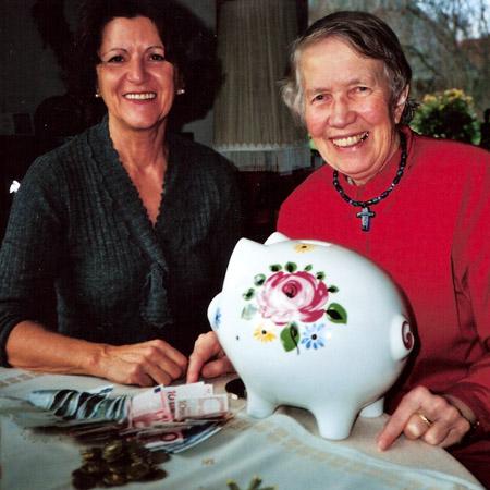 Hanna Steffens und ihre Freundin mit Sparschwein