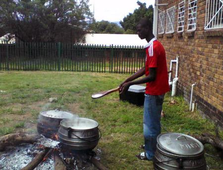 Zubereitung des Maisbreis am offenen Feuer