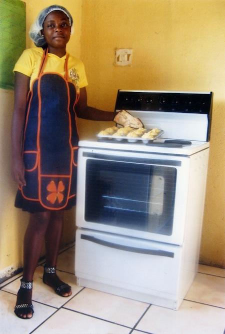 Ntokozo zeigt stolz ihre ersten gebackenen Muffins