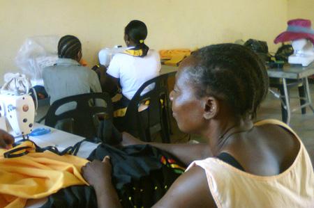 Frauen nähen Schulkleidung für die Kinder