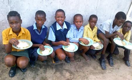 Die Kinder tragen stolz ihre Schuluniformen