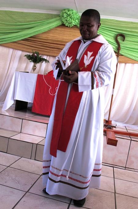 Bischof Mnisi weihte den Mehrzweckbau in Sitholemusa feierlich ein