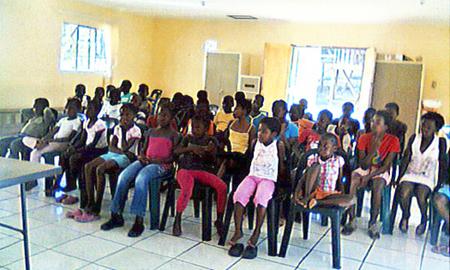 Die Schulkinder hören aufmerksam zu wenn Geschichten erzählt werden