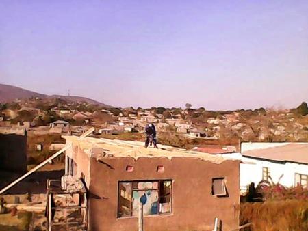 Das Dach des Nebengebäudes wird erneuert