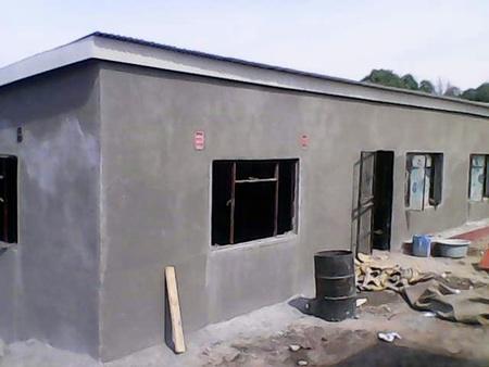 Der Bau wird verputzt und ist der Vollendung nahe