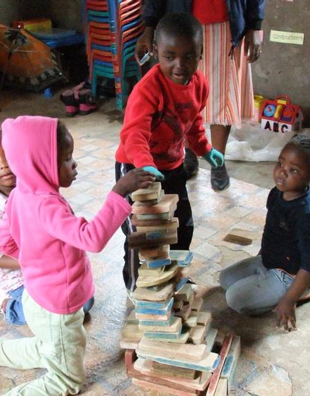 Die Vorschulkinder bauen einen hohen Turm
