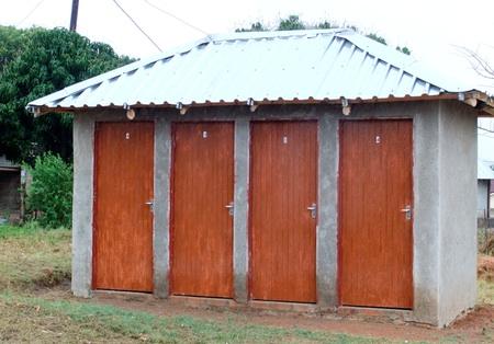 Die Toiletten mit Wasserspülung