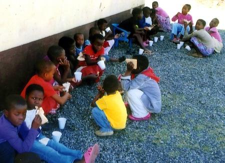 Die Kinder freuen sich über Suppe und Brot